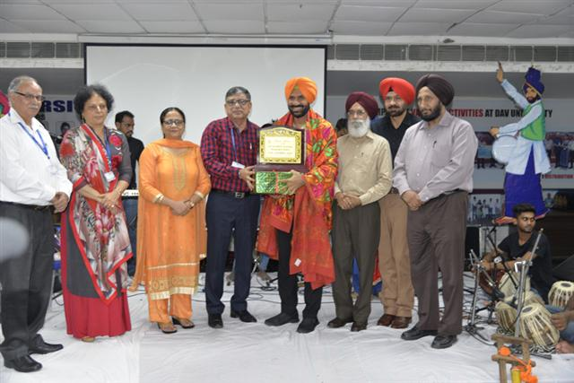 Eminent poet Surjit Patar, folk artists Pammi Bai and Sukhi Brar enthrall at DAV University, Jalandhar.